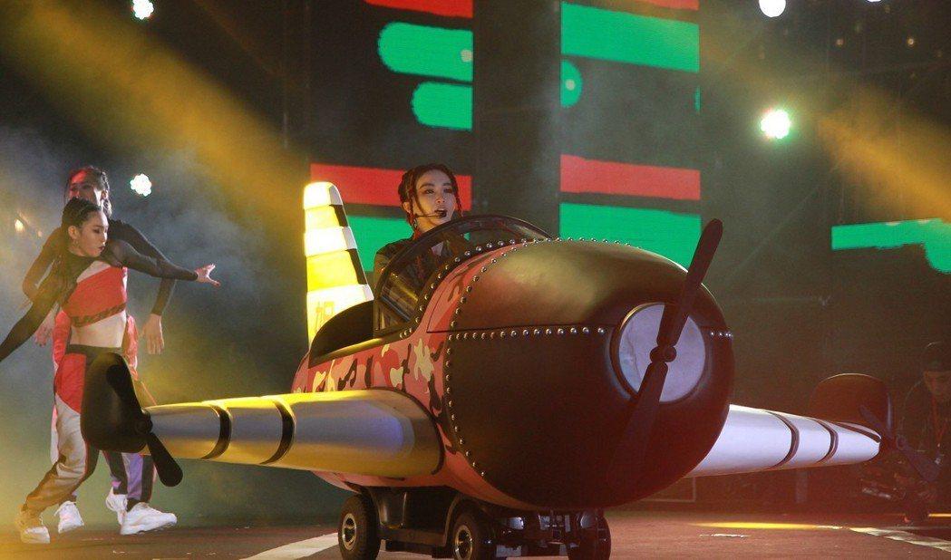 謝金燕2018跨年演出將飛機道具搬上舞台。圖/年代MUCH提供