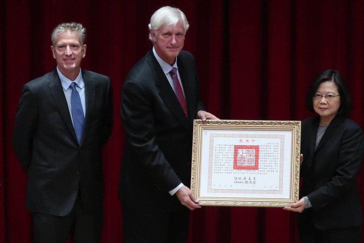 總統蔡英文今日前往林口長庚,出席為台灣醫療奉獻40年、長庚紀念醫院創院院長羅慧夫...