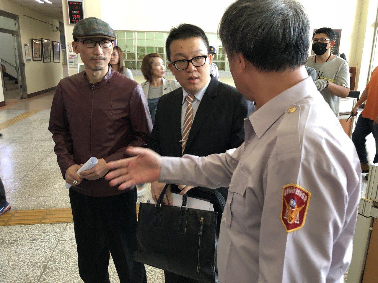 江欽良(左一)前年10月遭檢警荷槍實彈搜索住處,事後江欽良控告警方搜索過程中,家...