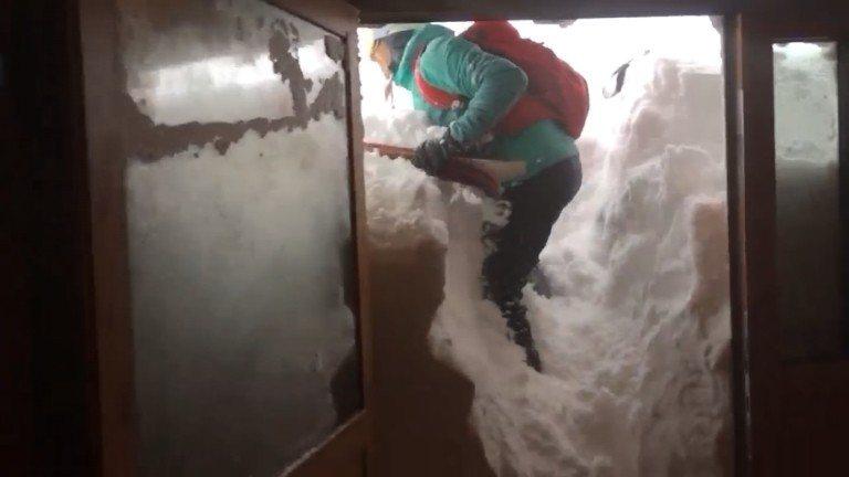 3名駐守在西塔特拉山(Western Tatras)的波蘭氣象人員3日拍下驚人景...