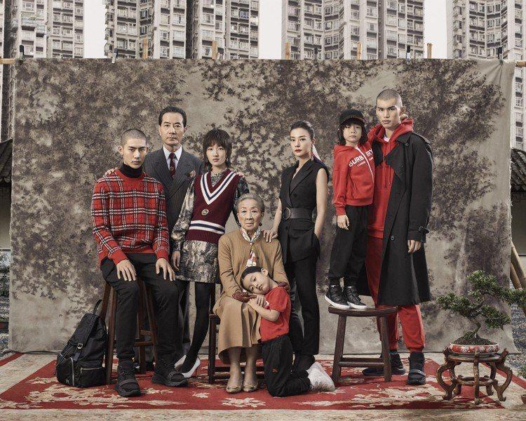 以「摩登新禧」作為賀歲主題,BURBERRY結合中國風傳達家家戶戶慶團圓的傳統氛...