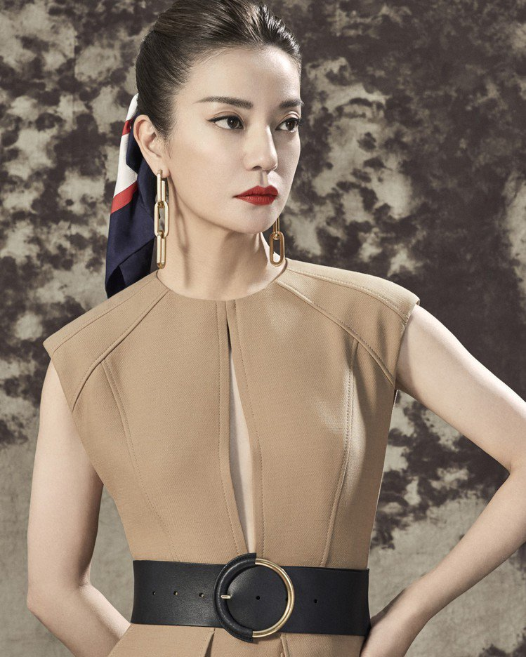 趙薇演繹挖空細節設計無袖上衣、圓形釦環皮帶、再版典藏Society印花小型絲綢方...