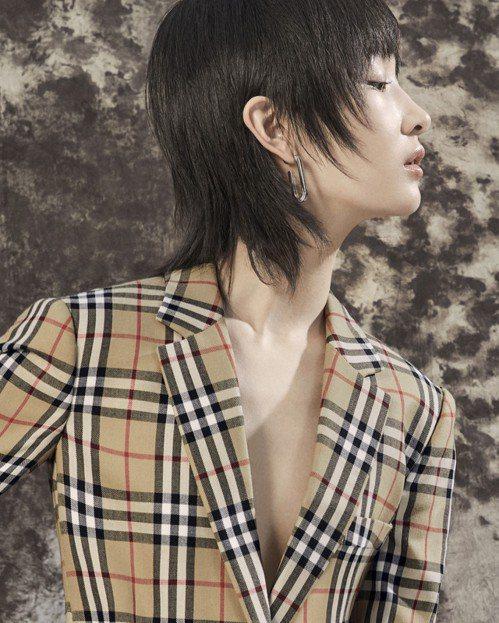 周冬雨身穿Vintage格紋羊毛西裝外套,配戴鍍鈀金鍊條垂墜式耳環。圖/BURB...