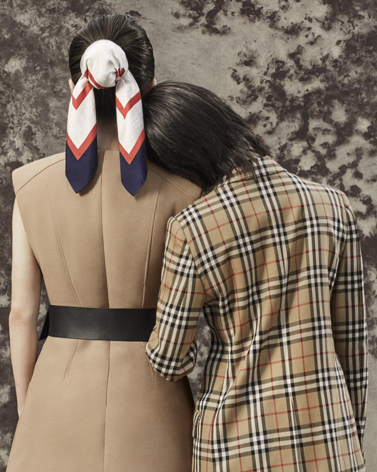 趙薇詮釋挖空細節設計無袖上衣、圓形釦環皮帶、再版典藏Society印花小型絲綢方...