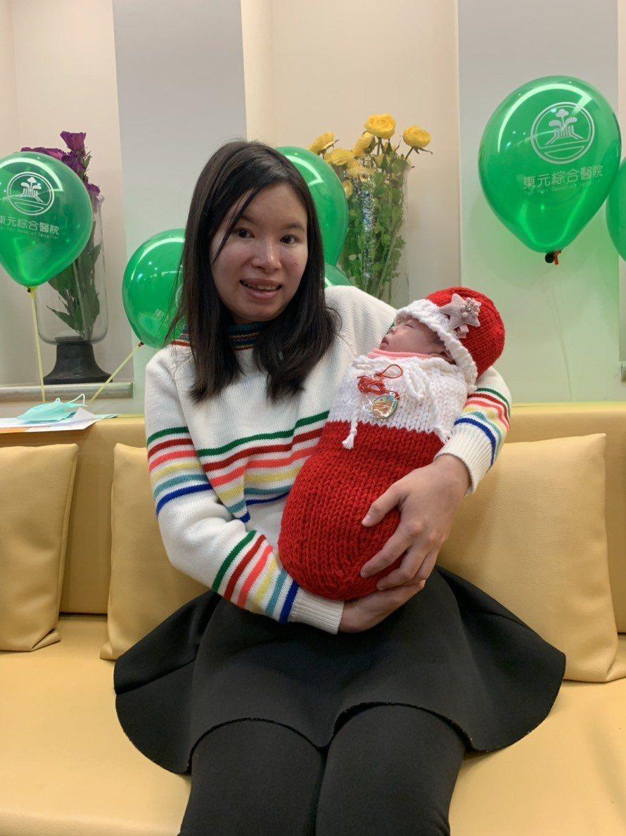 新竹縣1名出生早產、僅815克的女嬰「寧寧」,在東元綜合醫院新生兒團隊3個月細心...