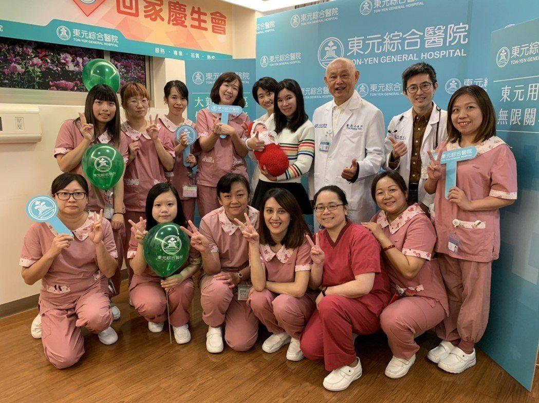 出生僅815克的女嬰「寧寧」,在東元綜合醫院新生兒團隊3個月細心照護下,體重已接...