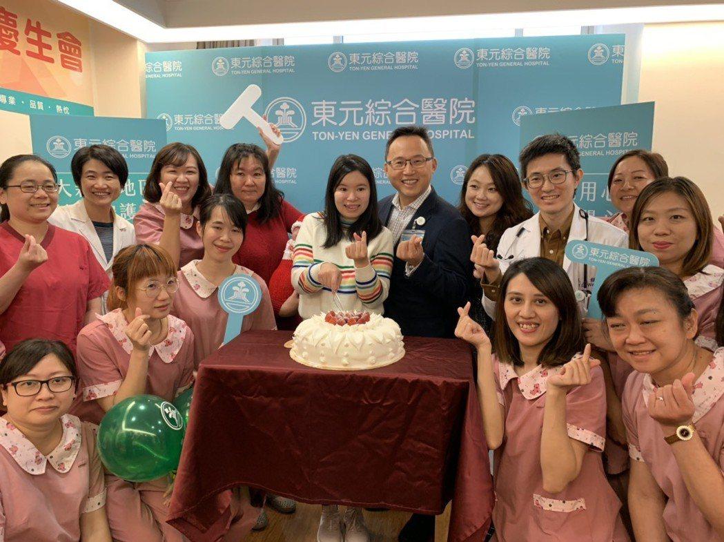 今天東元醫院特地為早產兒寧寧舉辦了慶生會,請寧寧的媽媽切蛋糕。記者陳斯穎/攝影