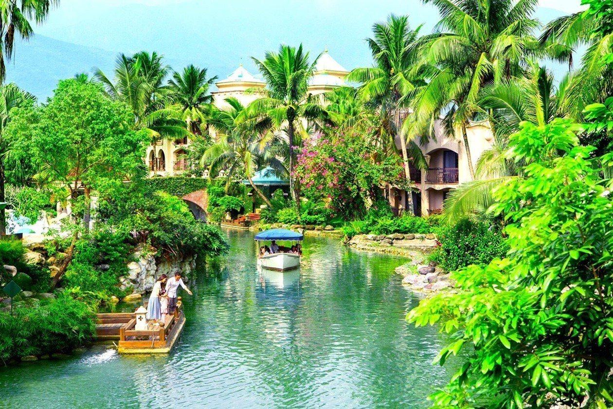 理想大地園區的蜿蜒運河,讓旅客能搭遊艇環繞,享受與大自然進行零距離的接觸。圖/理...