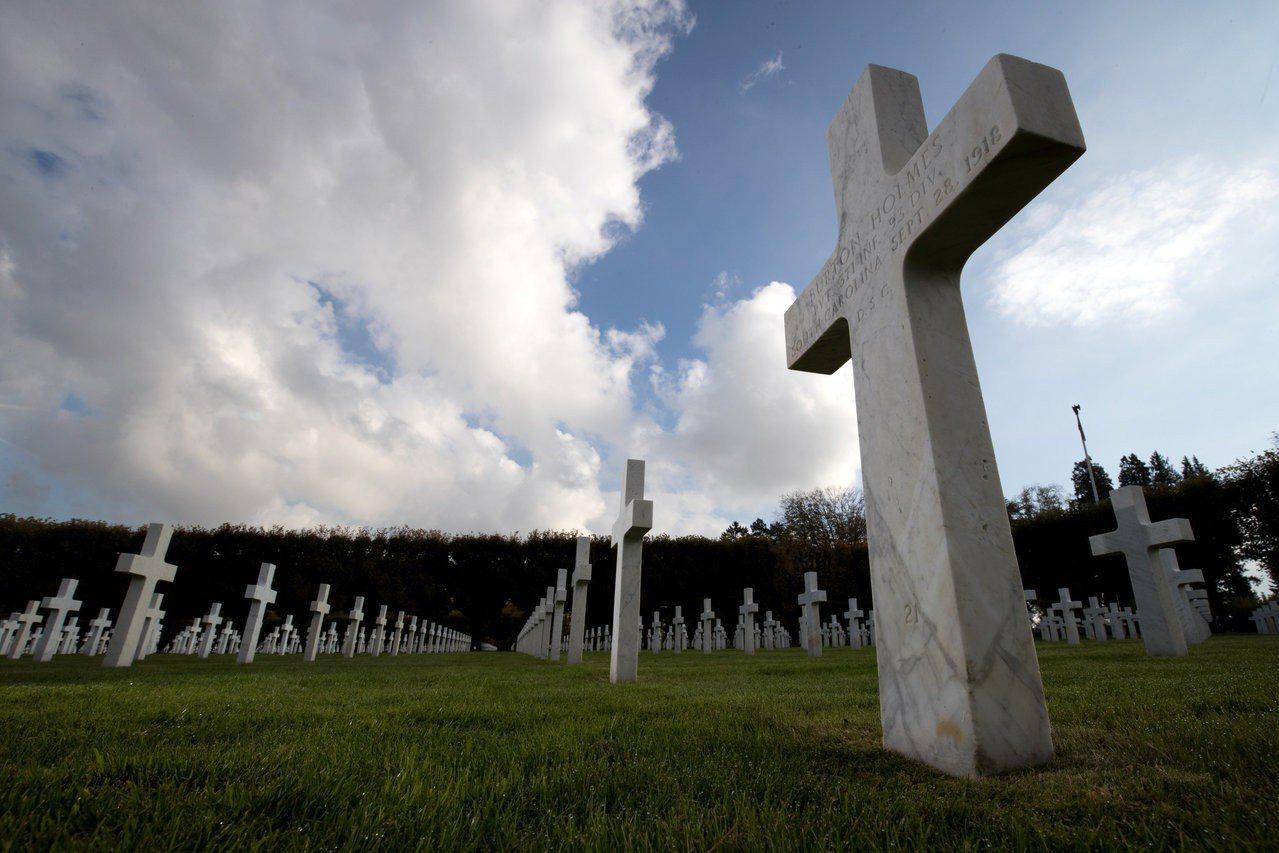 英國分析指出,1月6日是死亡人數最多的日子。圖為公墓。路透
