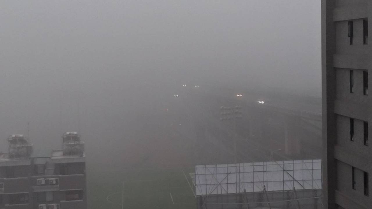 有民眾台中市清晨六點起床,發現視線不佳,濕度偏高,空品又不良,窗外看出去一片霧。...