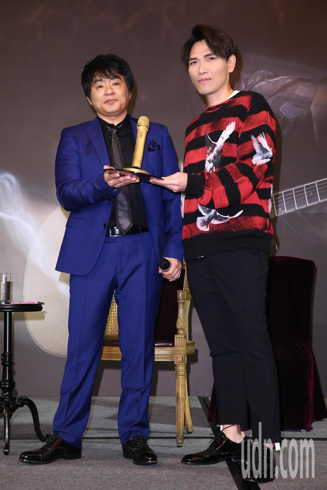 日星ASKA(左)今天舉辦媒體見面會,粉絲楊宗緯(右)送上巧克力做成的麥克風致意