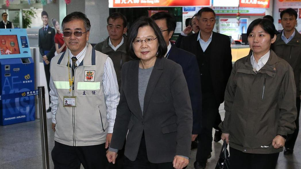 蔡英文總統(中)昨日視察金門機場。 記者鄭清元/攝影