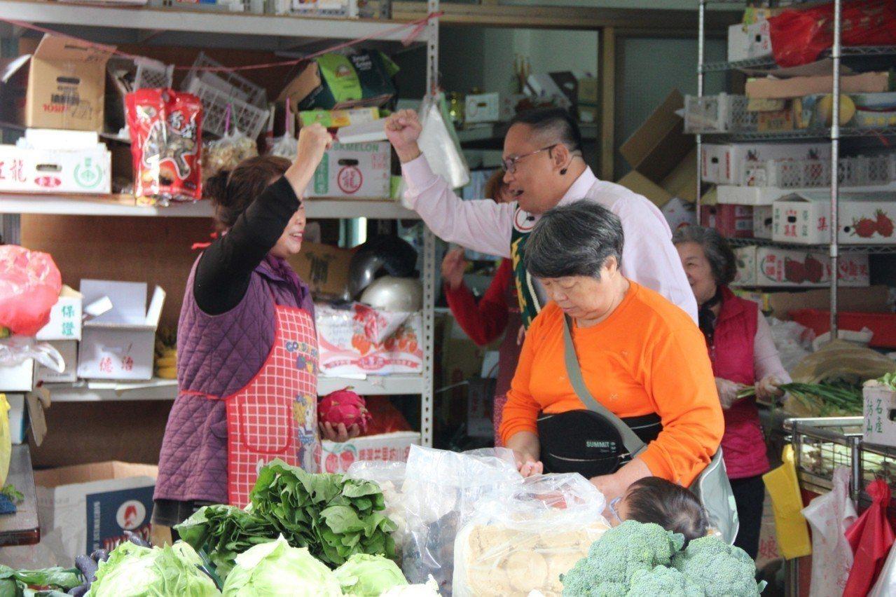 民進黨立委參選人王義川今早到菜市場拜票,王義川說,支持台灣共識,對手曾在大陸經商...