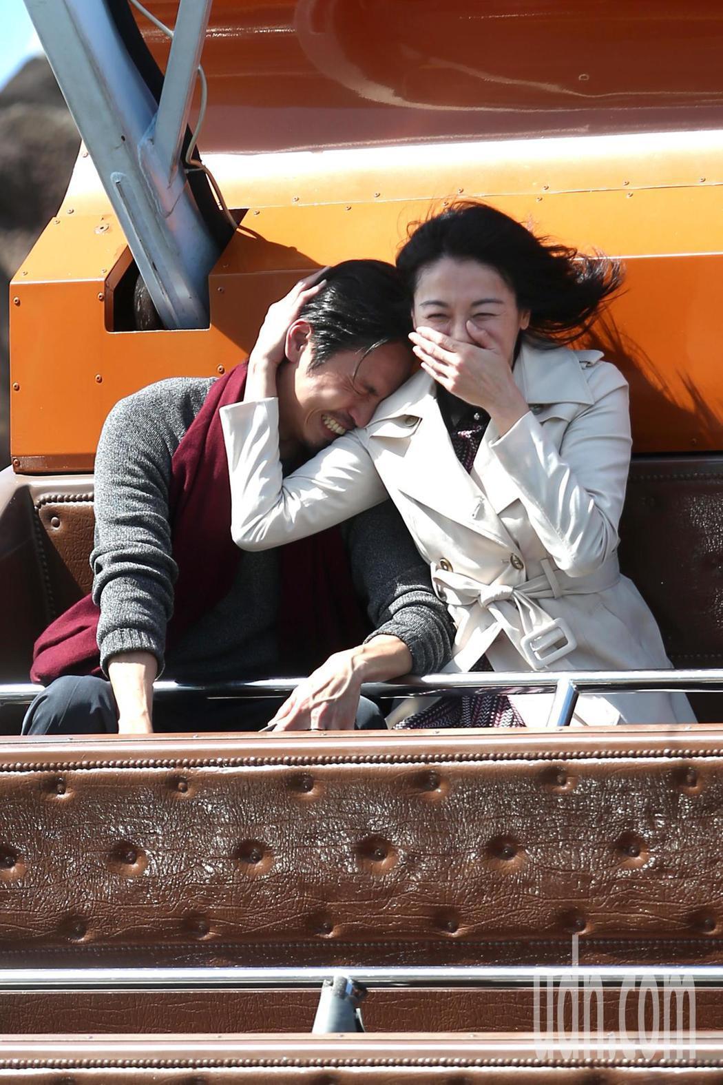 江祖平(右)與Gino(左)中午在台北市兒童新樂園乘坐海盜船拍「大時代」,結果G...