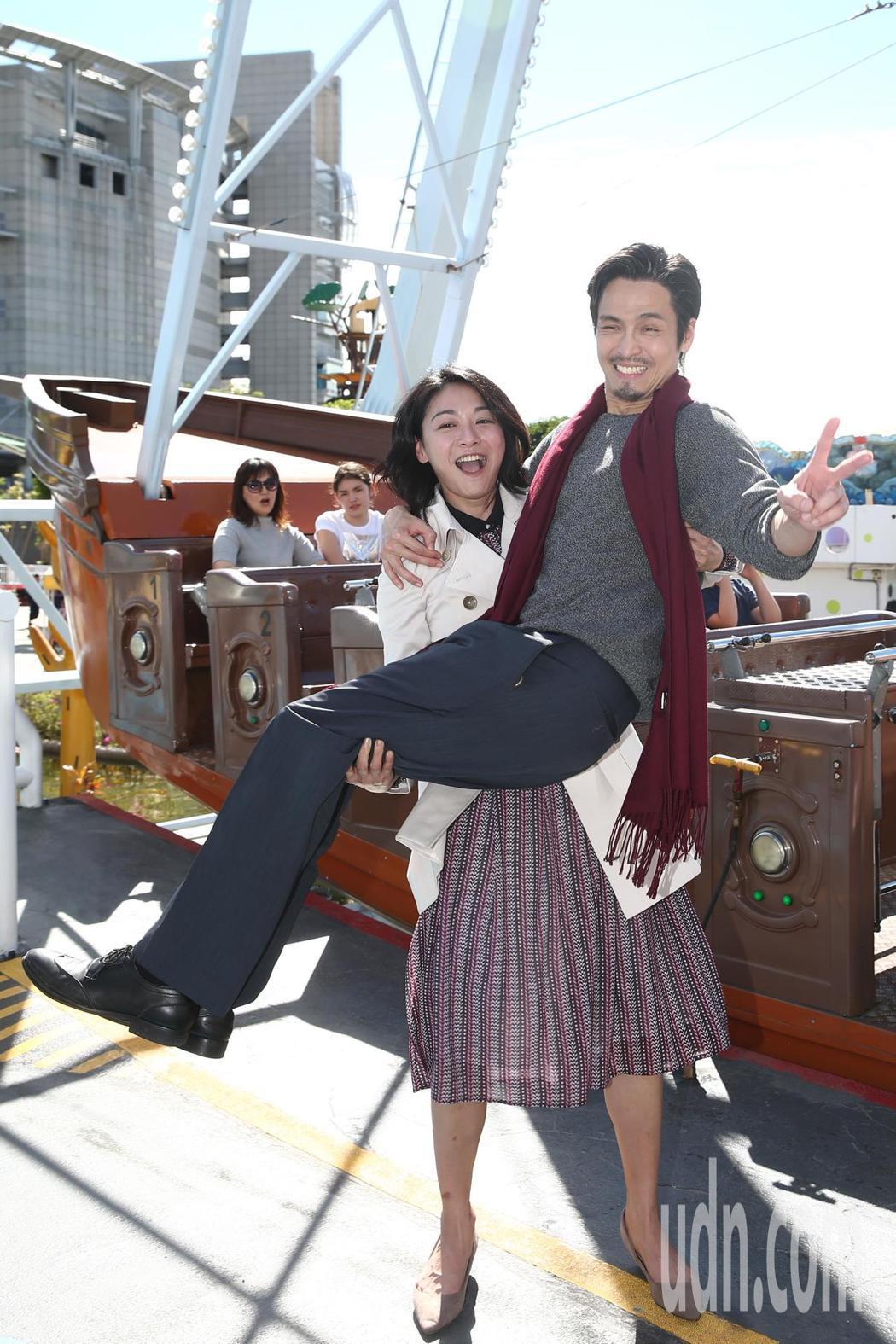 江祖平(左)新娘抱Gino(右)在台北市兒童新樂園拍「大時代」。記者蘇健忠/攝影