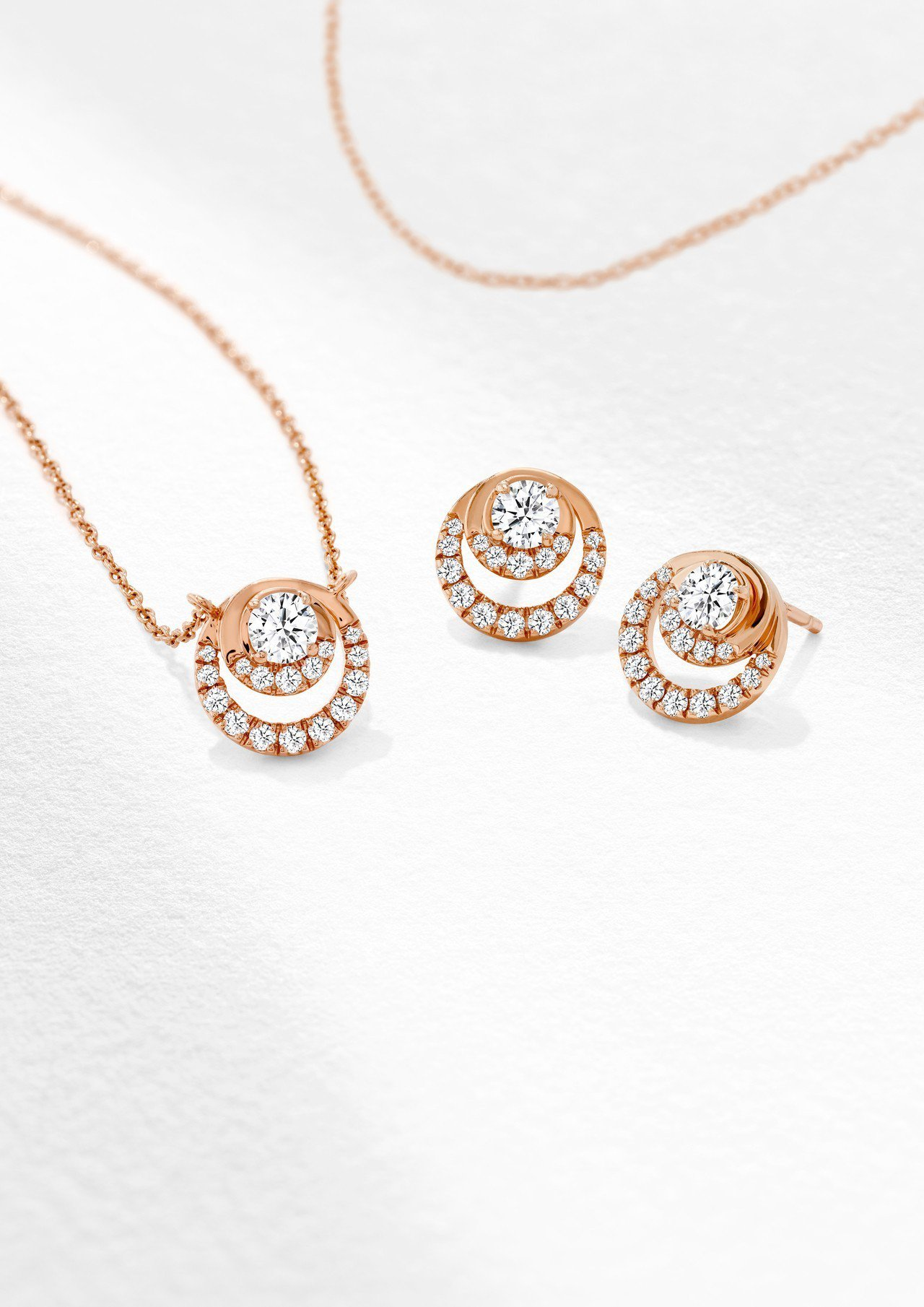 Optima 項鍊,玫瑰金鑲嵌鑽石總重0.38克拉,77,000元;Optima...