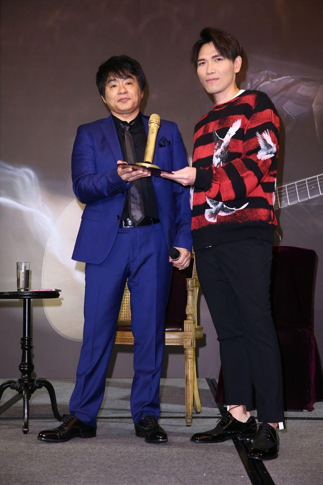 楊宗緯(右)送上巧克力麥克風給飛鳥涼。記者葉信菉/攝影
