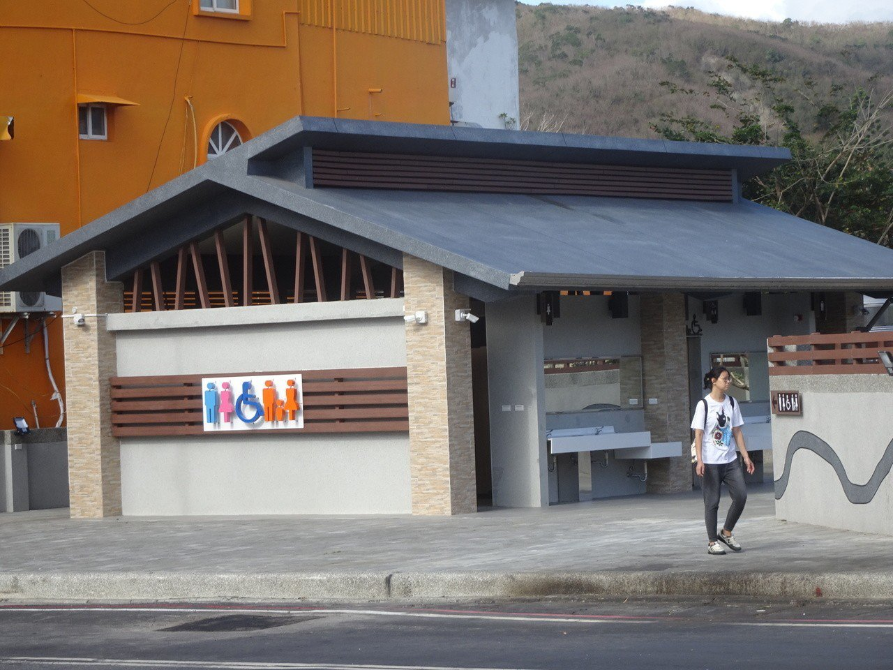 墾管處斥資400多萬元在墾丁派出所對面新建的公廁今天啟用,附近店家笑說,遊客全盛...