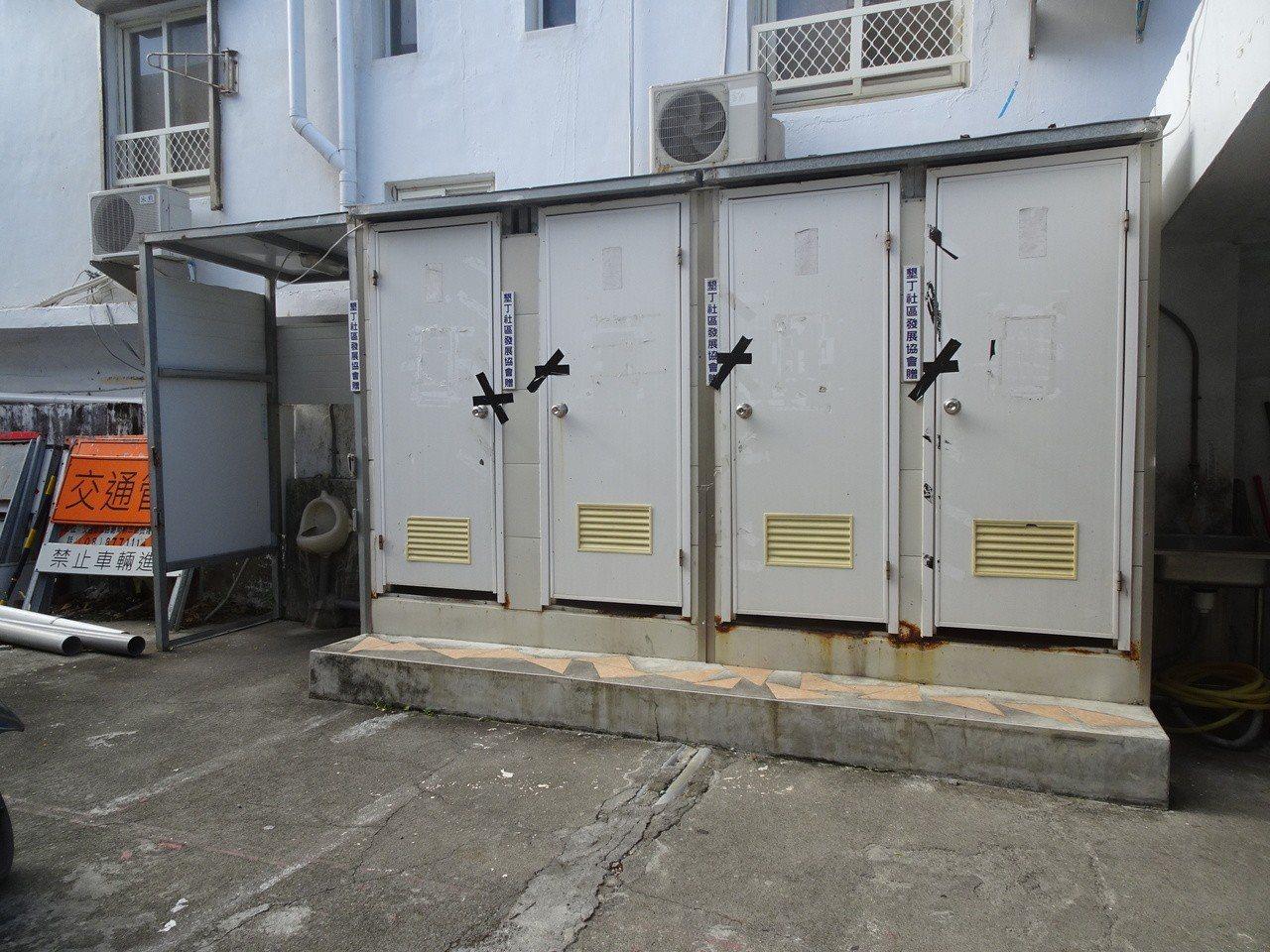 墾丁派出所今天封住室外簡易臨時廁所並擇日拆除,終於卸下「借廁所」的為民服務工作。...
