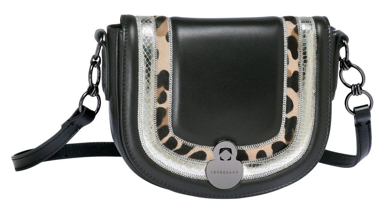 Cavalcade Eclat黑色斜背袋,售價31,500元。圖/LONGCHA...
