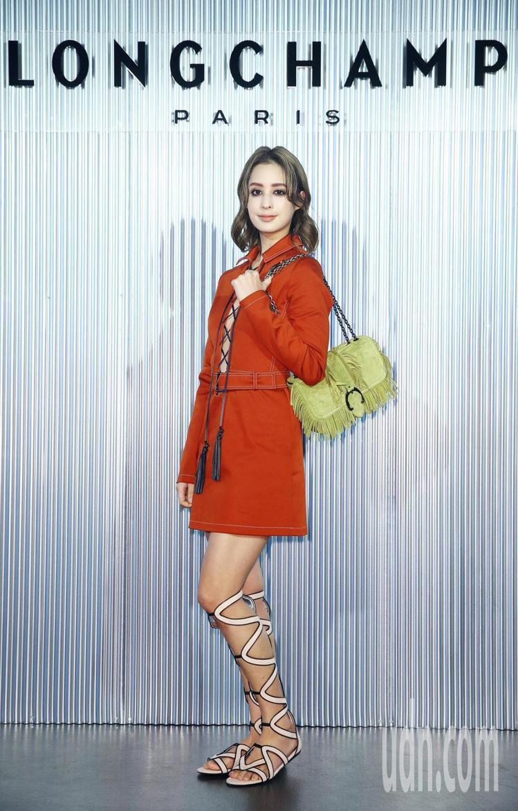 莫允雯身穿磚紅色緊身連身短裙15,900元、Amazone Folk包款28,6...