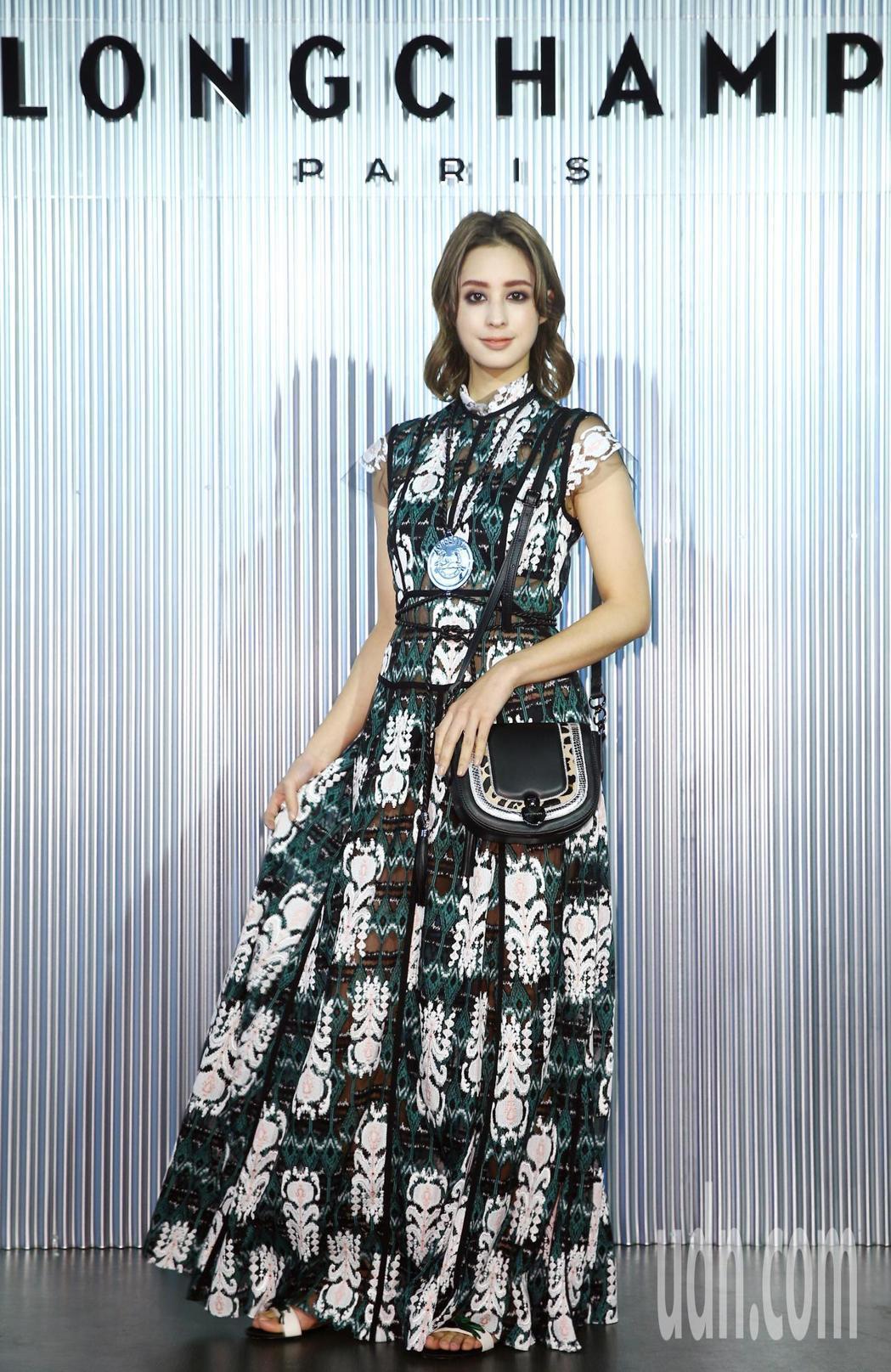 莫允雯詮釋飄逸刺繡長裙85,600元、Cavalcade Eclat黑色荷蓬包3...