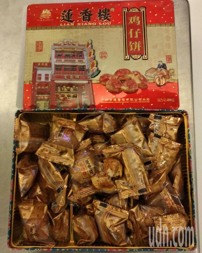 大陸籍楊姓旅客下午從澳門入境桃園機場,被查獲攜帶0.8公斤雞仔餅。圖/台北關提供
