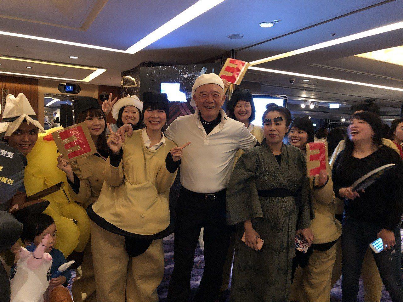 特力集團總裁何湯雄(中),今天出席尾牙與員工同樂。記者黃文奇/攝影