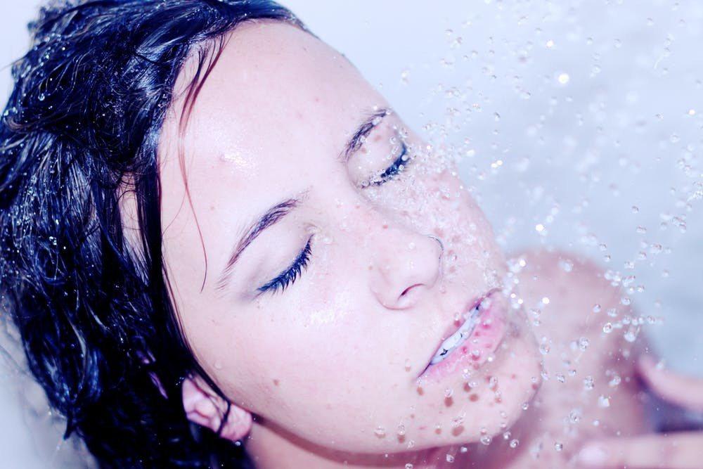 洗臉時,水溫的選擇超重要,影響清潔的效果。圖/摘自Pexels