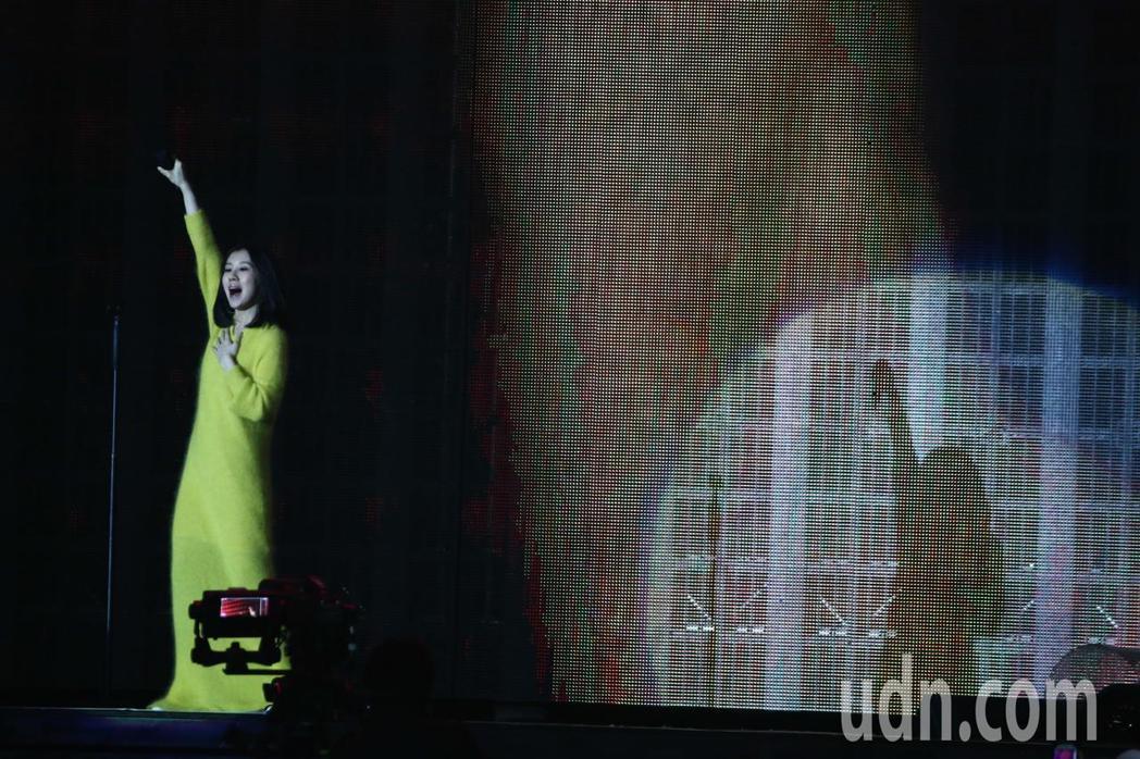 白安現身擔任五月天演唱會暖場歌手 。記者黃仲裕/攝影