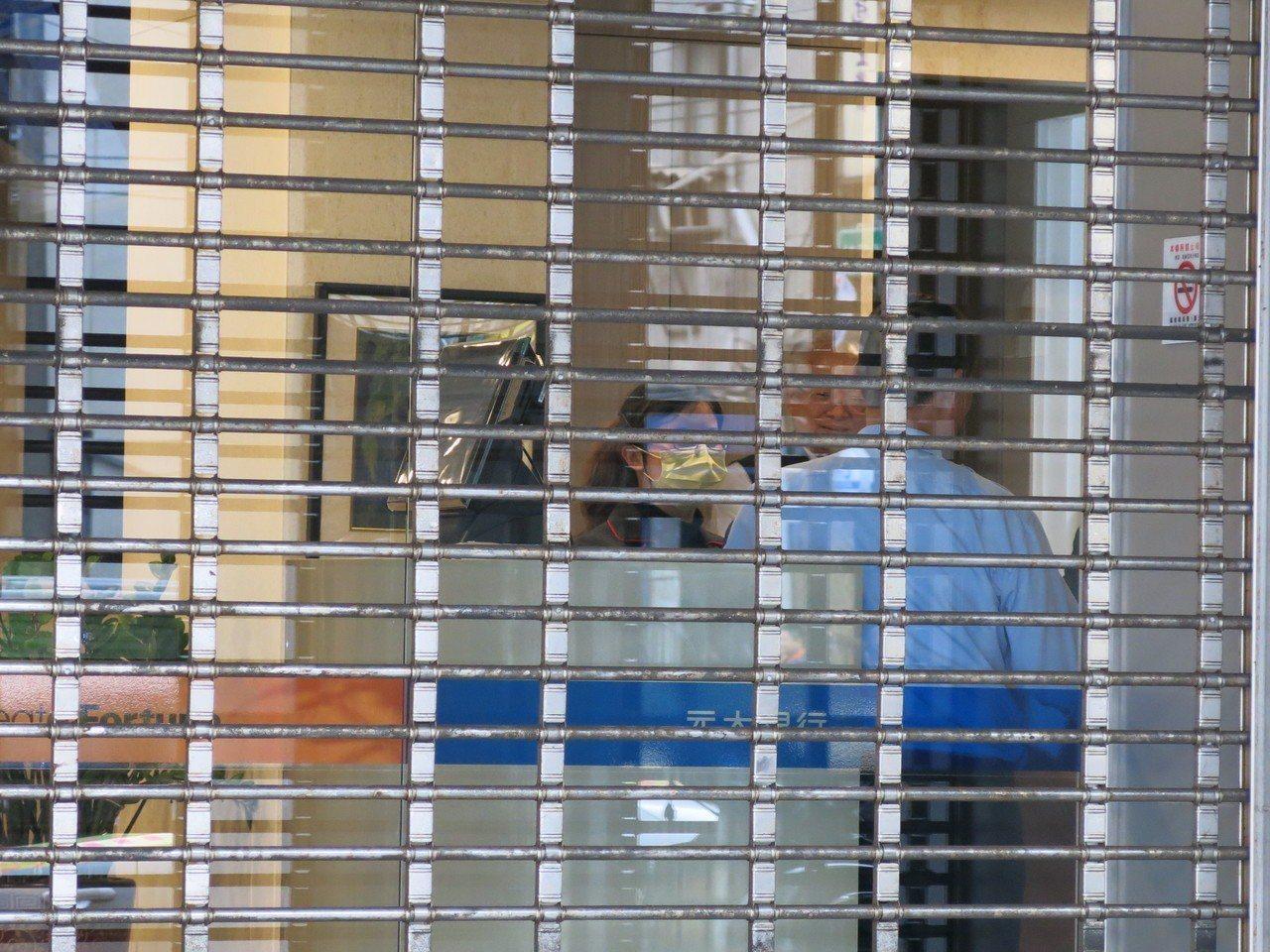 元大銀行沙鹿分行昨天發生搶案,騎腳踏車的蔡姓搶匪獨力搶走廿萬現金離去。記者黑中亮...