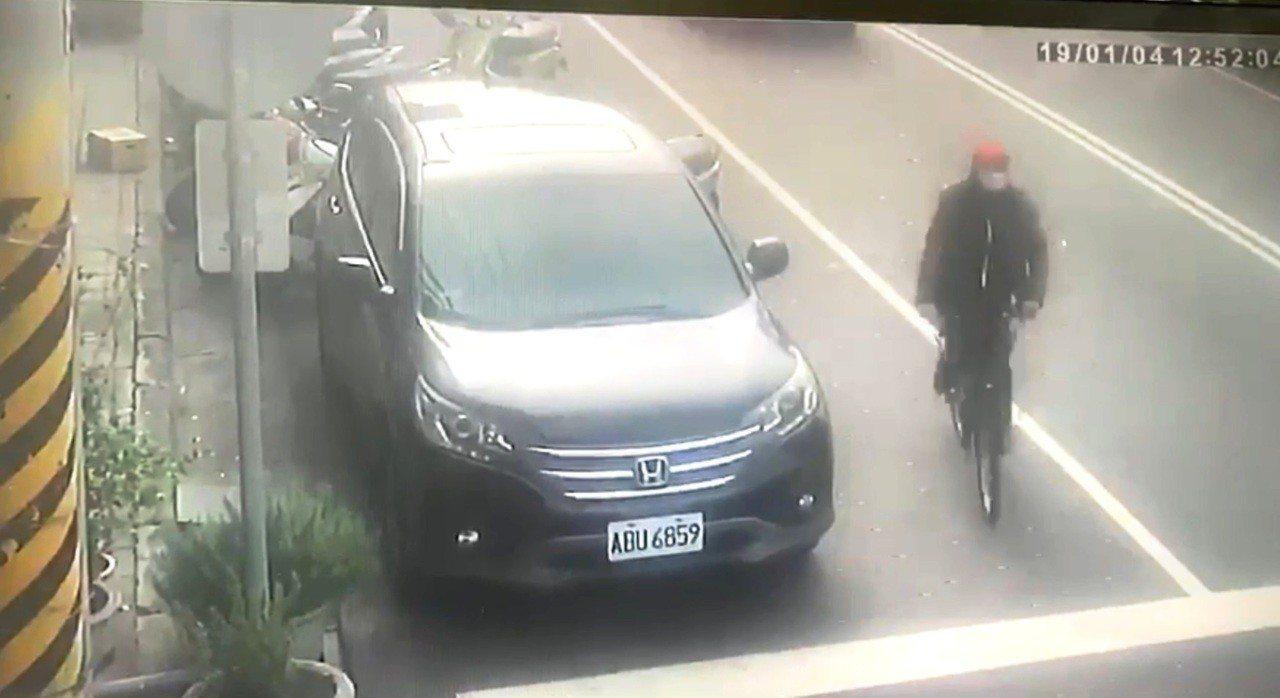 元大搶案犯案後離去時,被附近監視器拍下外型特徵畫面,警方確認此人是搶匪。記者黑中...