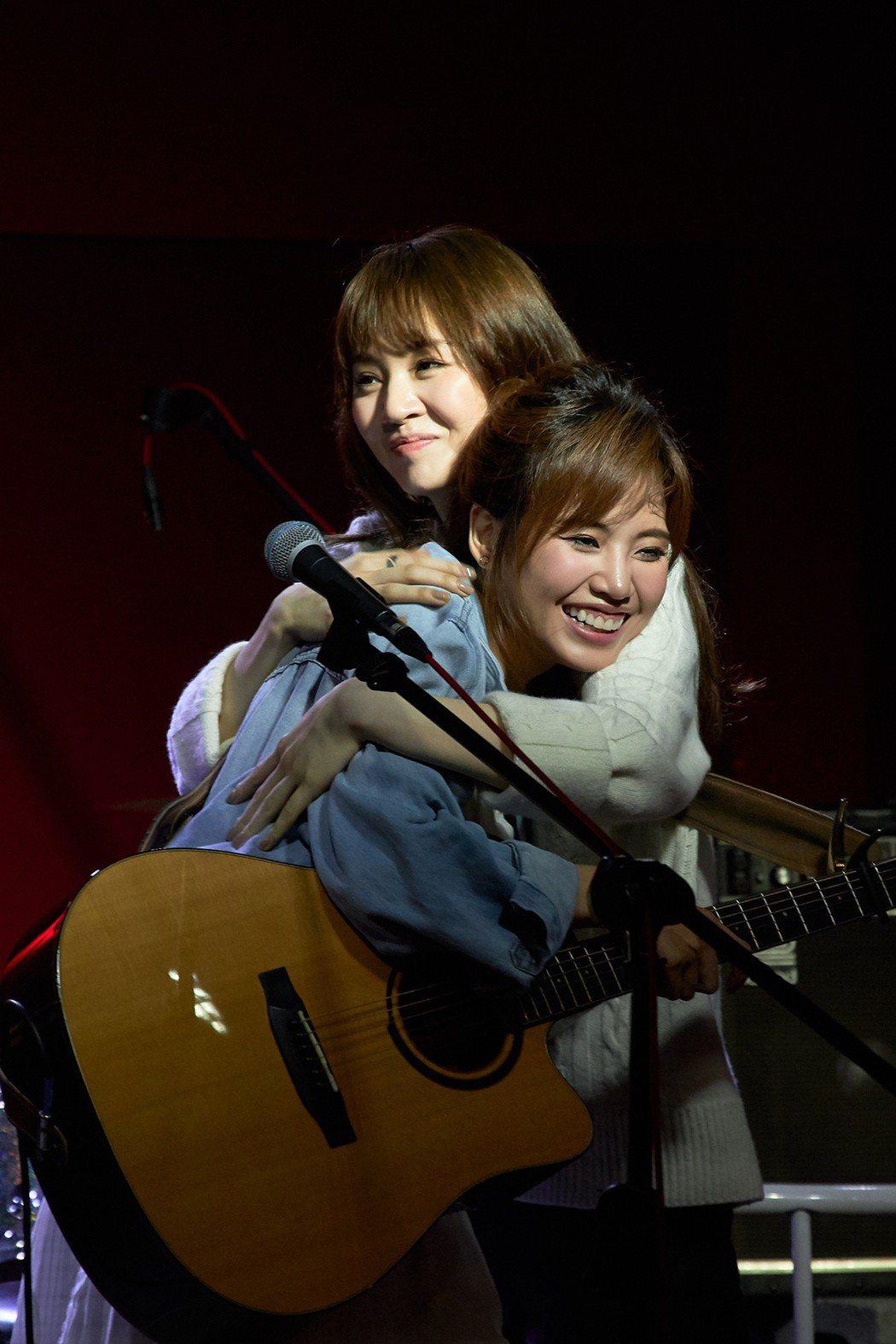 王笠人(右)熱情擁抱吳汶芳。圖/福茂唱片提供