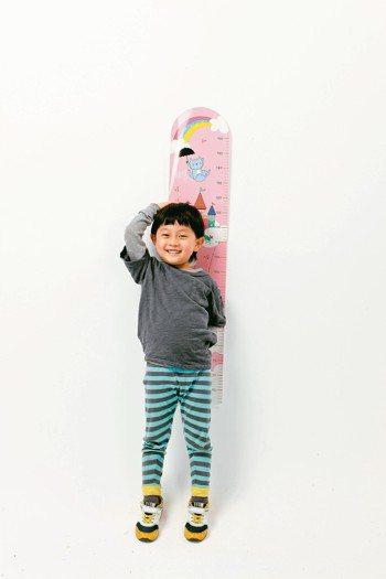 專家建議,家長常幫小孩量身高。 本報資料照片