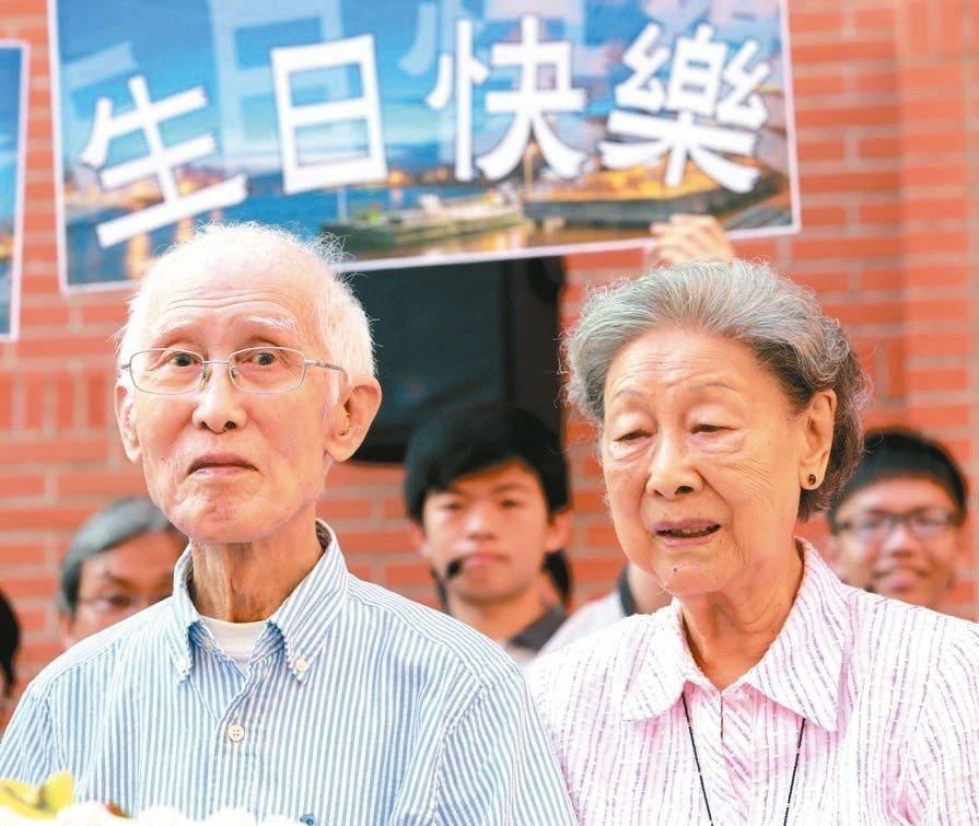 已故詩人余光中(左)90大壽與妻子范我存(右)合影,高雄市府計畫舉辦「余光中日」...