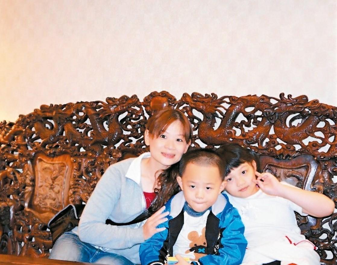 兩個孩子的媽媽洪甄廷(左)奮鬥三年,終於錄取四等書記官。 圖/洪甄廷提供