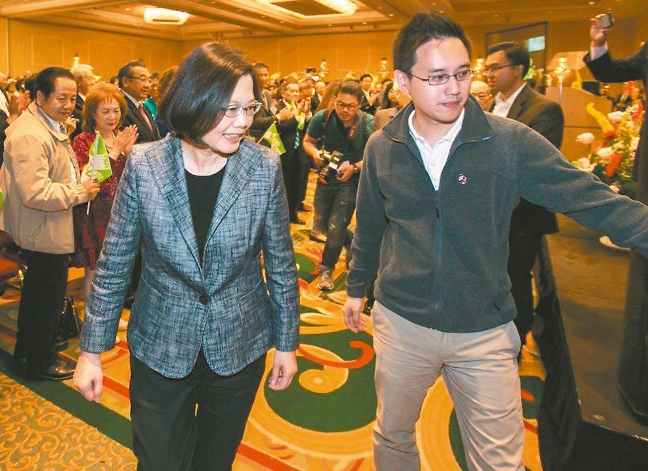 蔡英文曾在臉書介紹「口譯哥」趙怡翔(右),將任駐美代表處政治組組長,引發議論。 ...