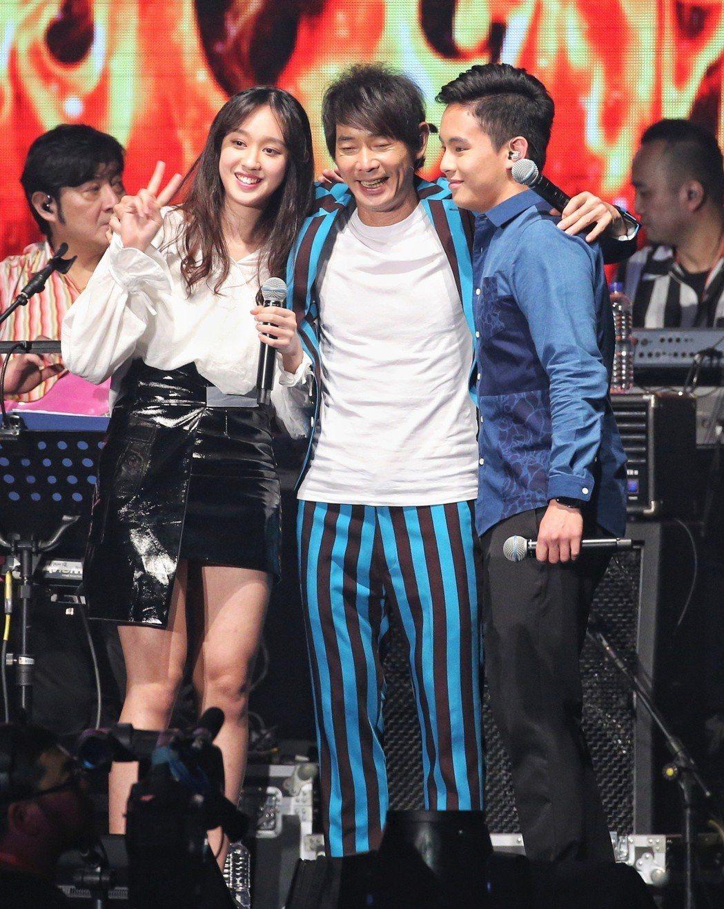 黃品源(中)舉行演唱會,一雙兒女上台演出。記者鄭清元/攝影