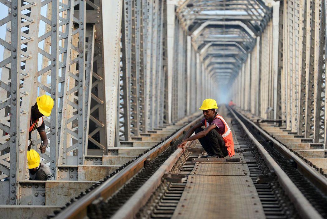 印度工人在艾哈邁達巴德市的地鐵站施工。 (法新社)