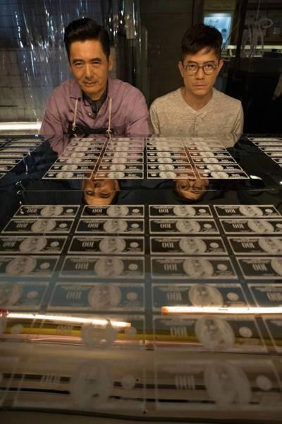由郭富城和周潤發主演的電影《無雙》,片中有大量道具美鈔。 圖/雙喜提供