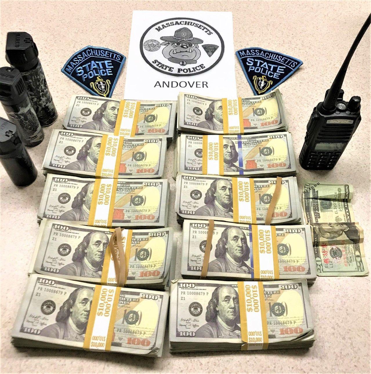 美國麻州州警日前攔下一輛閃著警燈的假警車,查獲大量「練功券」。 圖/取自麻州州警...