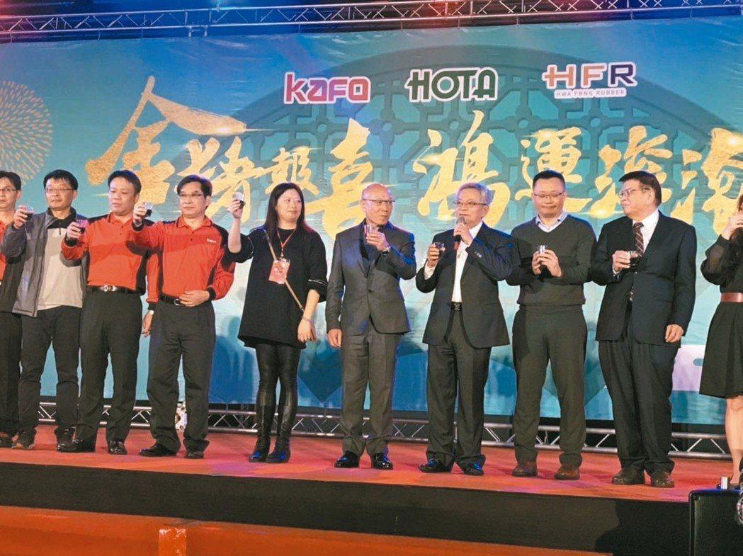 和大董座沈國榮(右三)喊出明年營收衝百億。 記者邱馨儀/攝影