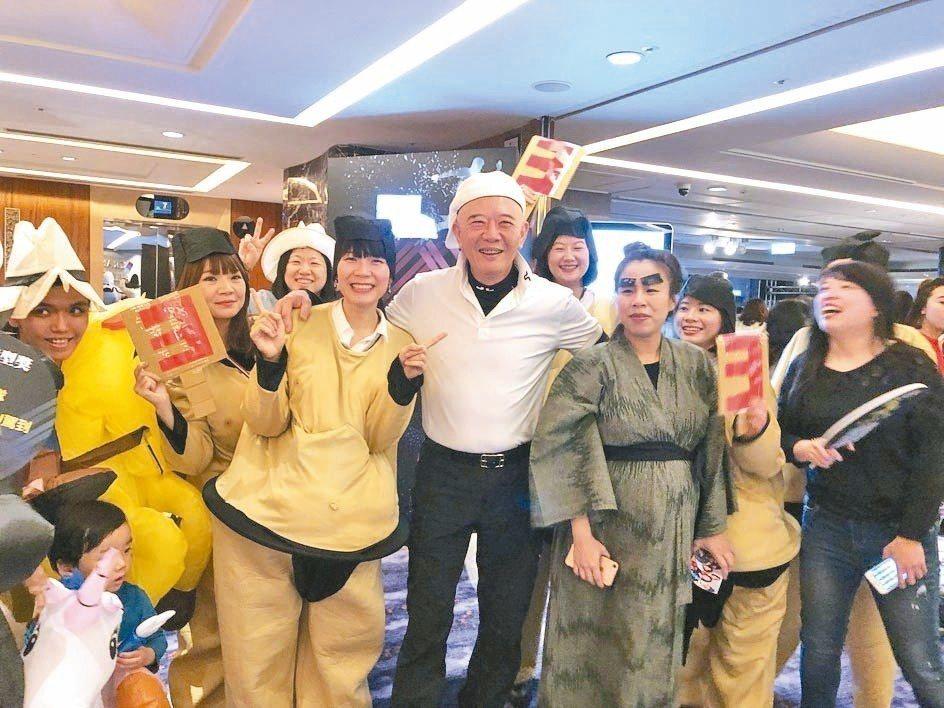 特力集團總裁何湯雄(中),昨出席尾牙與員工同樂。 記者黃文奇/攝影