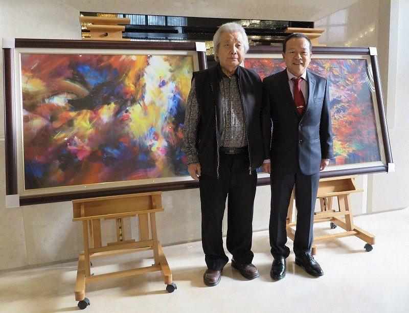 法國獨立沙龍國際會員畫家陳明順(右)與恩師國際特級油畫大師李元亨。 蔣佳璘/攝影
