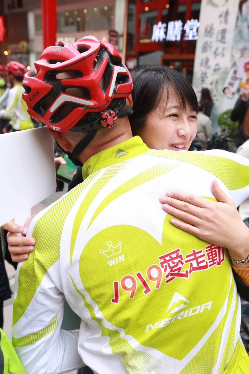 環台募款勇士抵達終點站台北信義威秀影城,與親友感動擁抱。基督教救助協會/提供