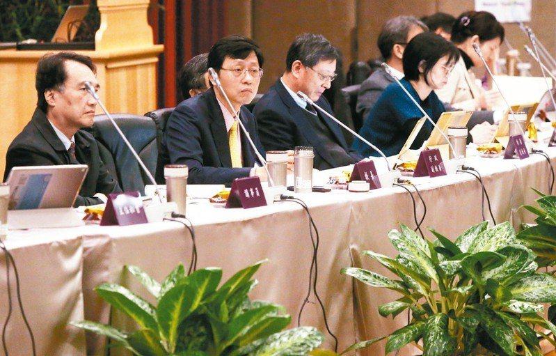 台大今天舉行107學年度第1學期第2次校務會議,也是代理校長郭大維(左二)最後一次主持。 記者林俊良/攝影