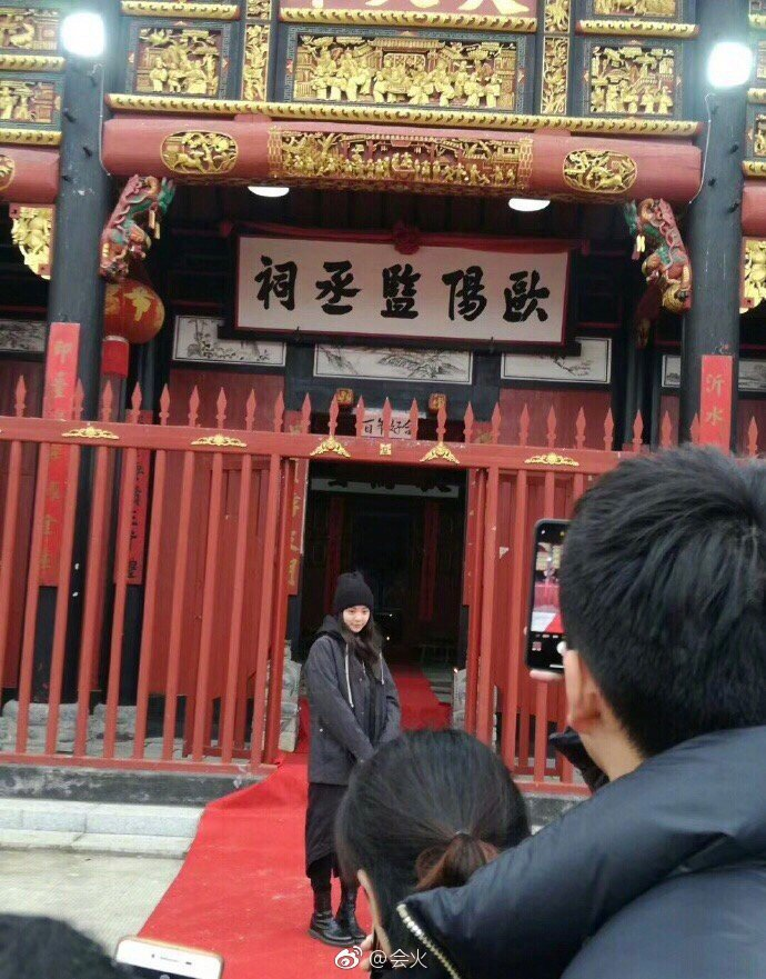 歐陽娜娜回鄉祭祖。圖/擷自weibo。