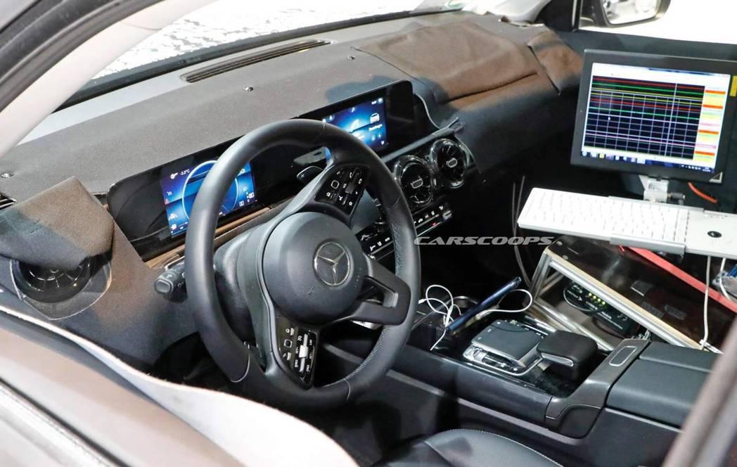 全新Mercedes-Benz GLB內裝無偽裝照。 摘自Carscoops