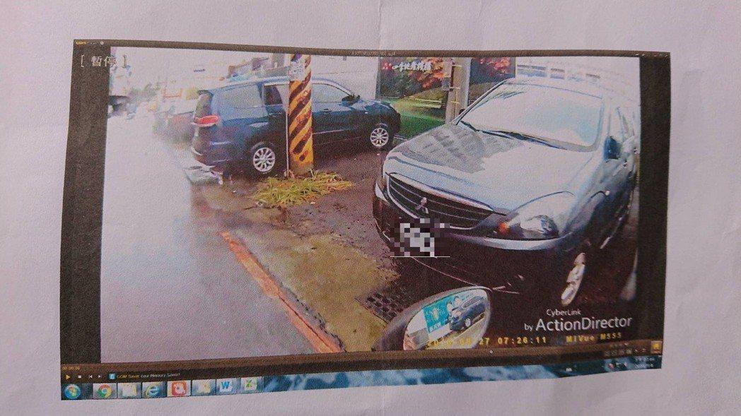 一名男子在高雄大寮區疑頭戴裝有行車記錄器的安全帽採證,大量檢舉附近居民違規停車,...
