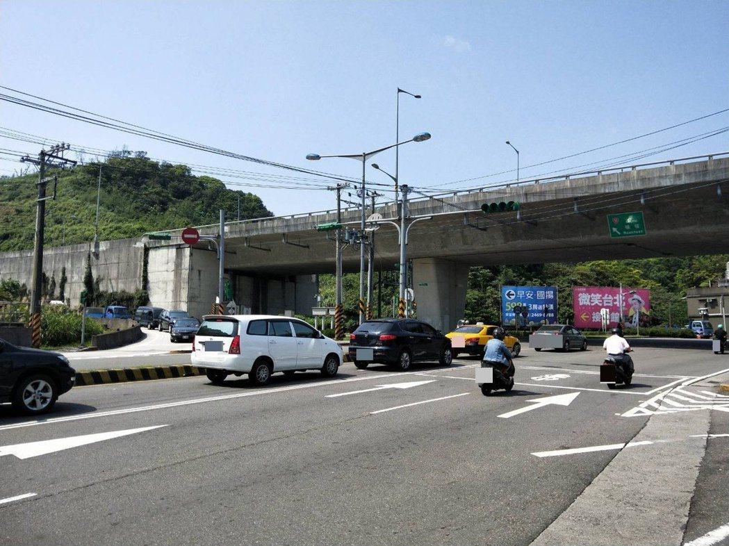 1名駕駛人從下台62快速道路到孝東路,短短450公尺因3次變換車道未打方向燈,被...